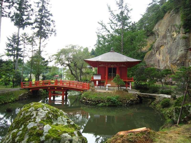 2013 rekonstruierte Benten-do Halle mit dem Gamagaike Teich.   Die Halle ist Göttin der Weisheit und der Kunst, Bentensama    gewidmet. Diese Göttin ist eifersüchtig, daß dem Pärchen empfohlen ist, hier getrennt zu beten.