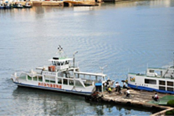 3. A Pier in front of Onomichi Station You can get to Mukaishima by ferry boat from in front of Onomichi Station. Enjoy the 5 minute voyage.