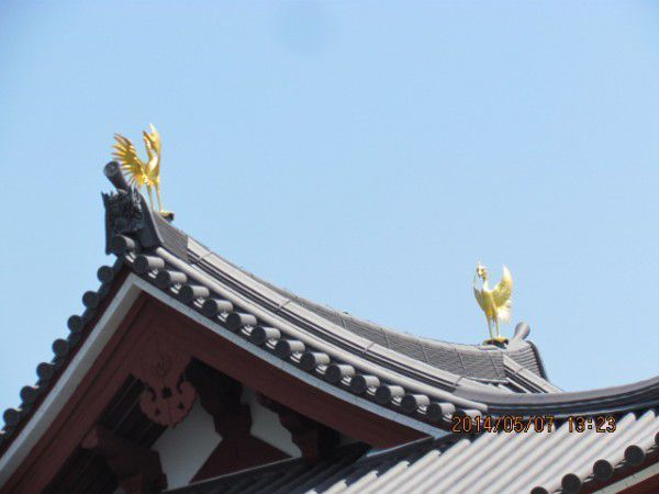 a pair of bronze phoenixes at the northern and southern ends of the Phoenix Hall