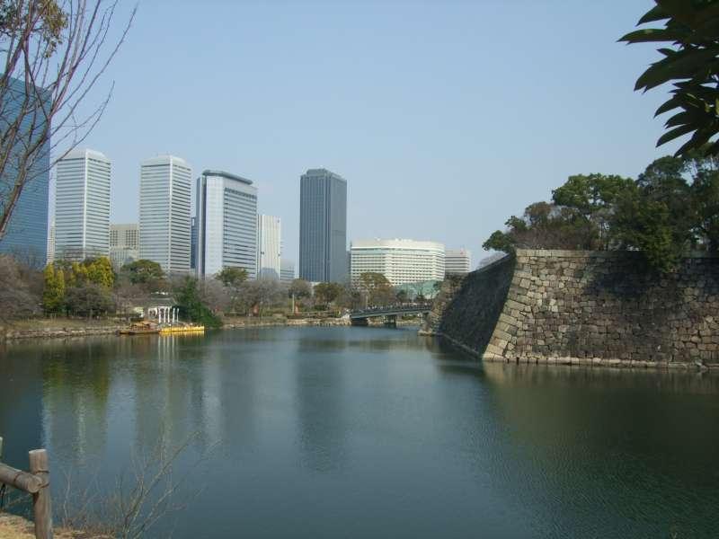 大阪商務園區(Osaka Business Park)的高樓群與大阪城, 近代與現代的組合真巧!