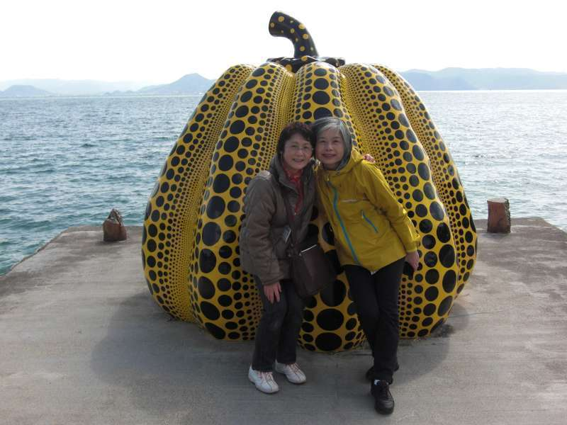 With a traveler from Taiwan @ in front of Yellow Pumpkin by Yayoi Kusama