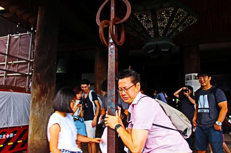 Kiyomizu temple. Can you lift it up?
