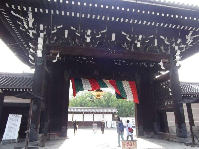 Main gate to Nishi-Honganji temple.