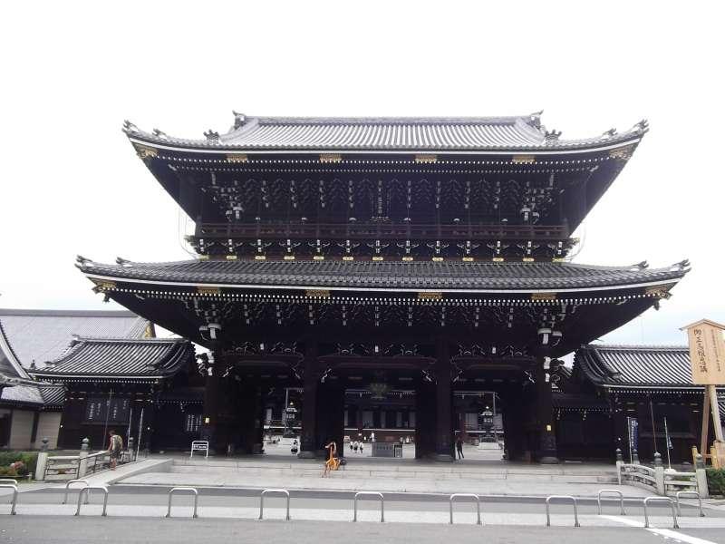 Main gate of Higashi-Honganji temple.