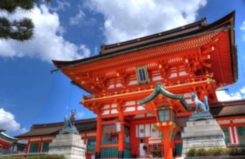 the entrance to Fushimi Inari Shrine