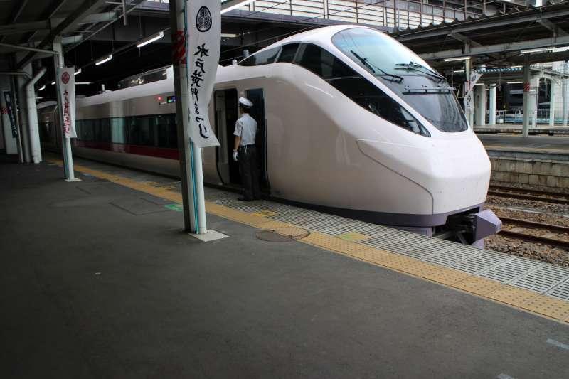 Limited express between Tokyo and Mito