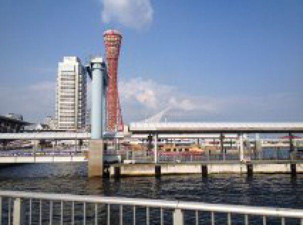 Port Tower (torre rojo) es símbolo de Kobe. Alla podemos subir y también ver el paisaje del mar.