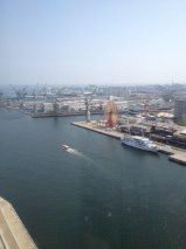 Paisaje muy bonito del mar de Kobe. Vamos a hacer crucero de 45 minutos !