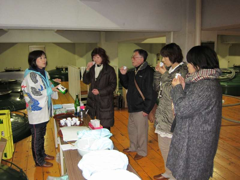 During the event, anyone can enjoy tasing new-brewed sake in each shop.