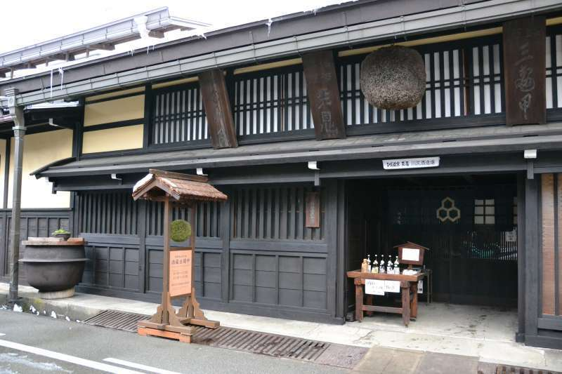 From mid-January till late-February, sake brewers in Old Town open their shops for the public as a seasonal event.