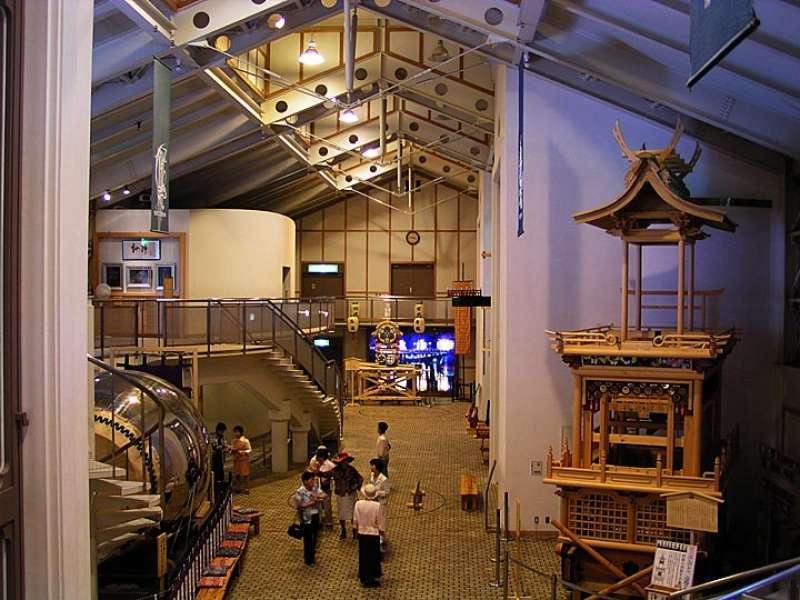 Inside the museum, you can see some real festival floats. You can also see the stereoscopic vision of the parade of Okoshi Daiko (drum) and Mikoshi (portable shrine).