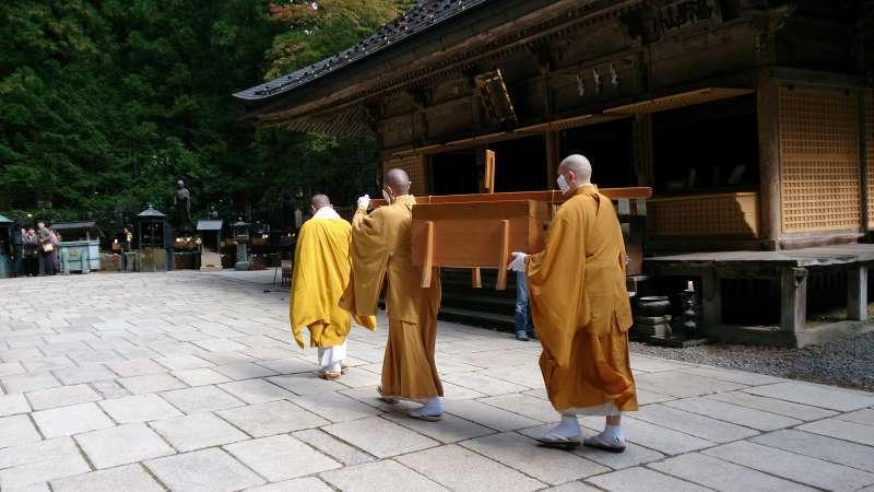 Daily ritual of serving food to Kukai