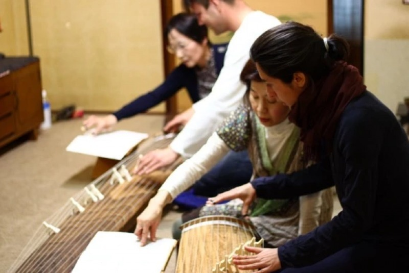 Although Koto is the traditional instrument, it is unfamiliar to even Japanese. First of all, learn what Koto is and its history.