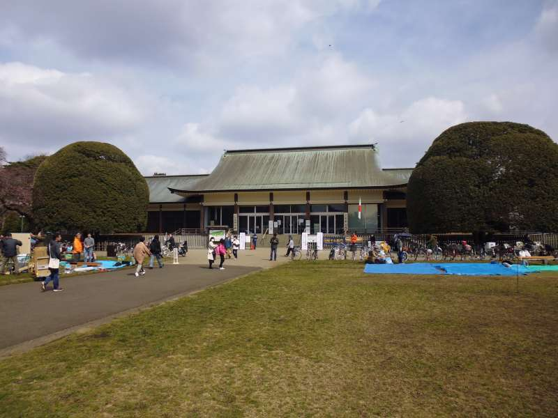 This building is located in Koganei Park and used as the entrance to Edo-Tokyo open-air architectural museum. It was originally built and used for the celebratory purpose at the time when Japan commemorated its 2,600th anniversary in 1940 at the Imperial Palace Plaza. It was relocated a year after the event.