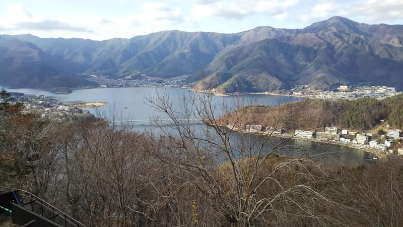 Lake Kawaguchiko from the top of Mt. Kachikachiyama. We can go up there by a ropeway.