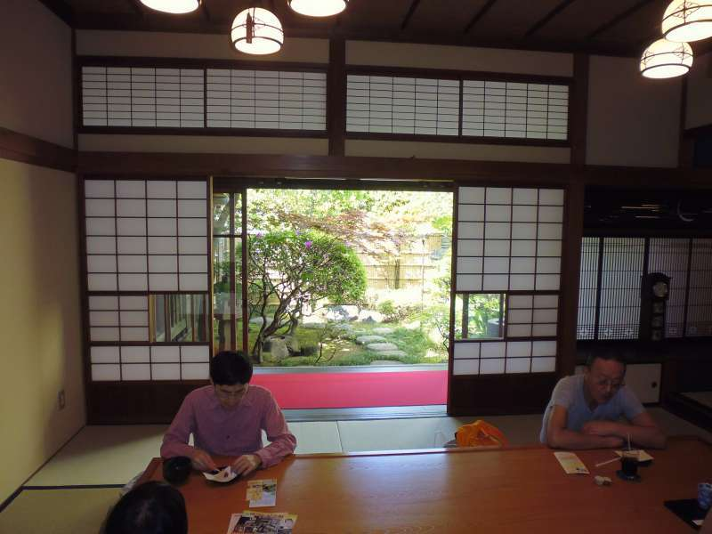 Inside Yamamototei, you can enjoy drinking Japanese tea with sweets while seeing the cozy Japanese-style garden.