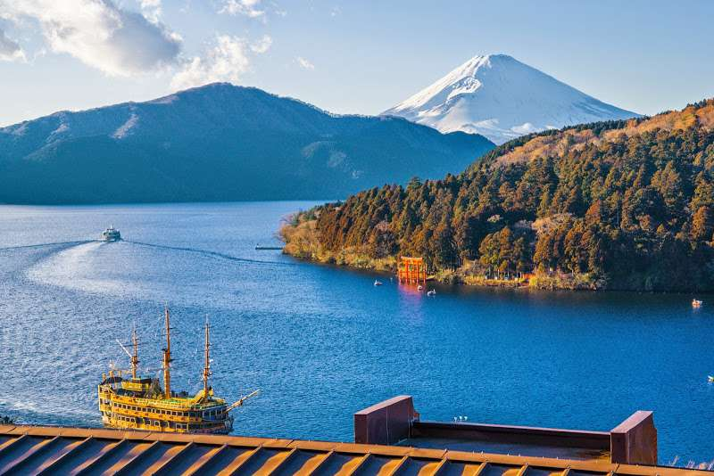 Lake Ashi is so beautiful. You can find beautiful harmony of blue water and greenery and in winter adding white-snow-capped Mt. Fuji to it.  On the Lake Ashi you will enjoy riding a Caribbean pirates cruiser half hour.  In Spring and Autumn a comfortable breeze gently touch your face on the deck.