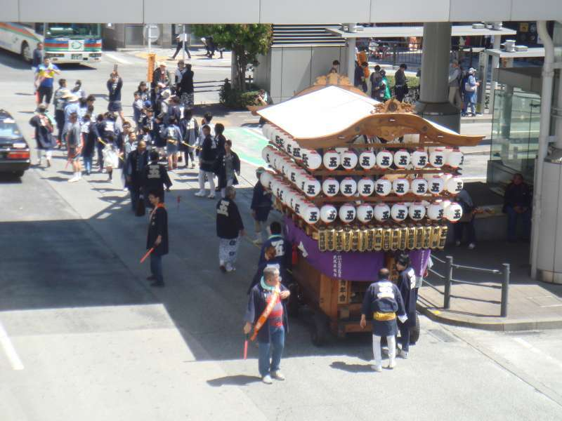 Hojo festival takes place every May, and a lot of portable shrines parades through the town with cheerful shouting.  It is very interesting and worth seeing how a Japanese local festival looks like.