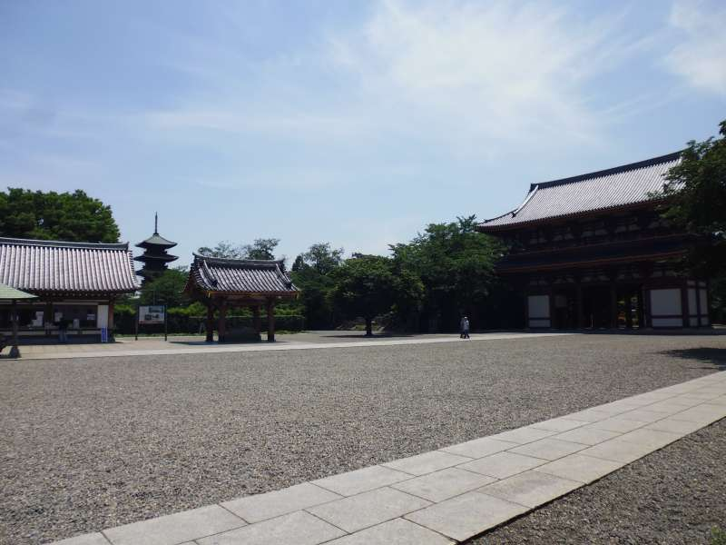Ikegami Honmonji Temple: the main gate on the right and the five-story pagoda in the background