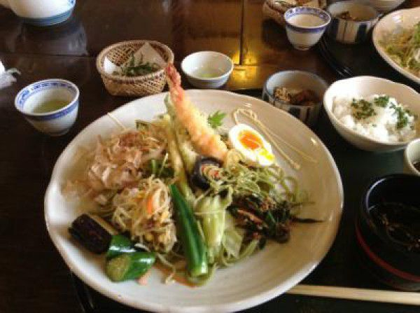 The green tea mixed-in buckwheat noodles and tea leaf Tempura and so on, they are all nice!