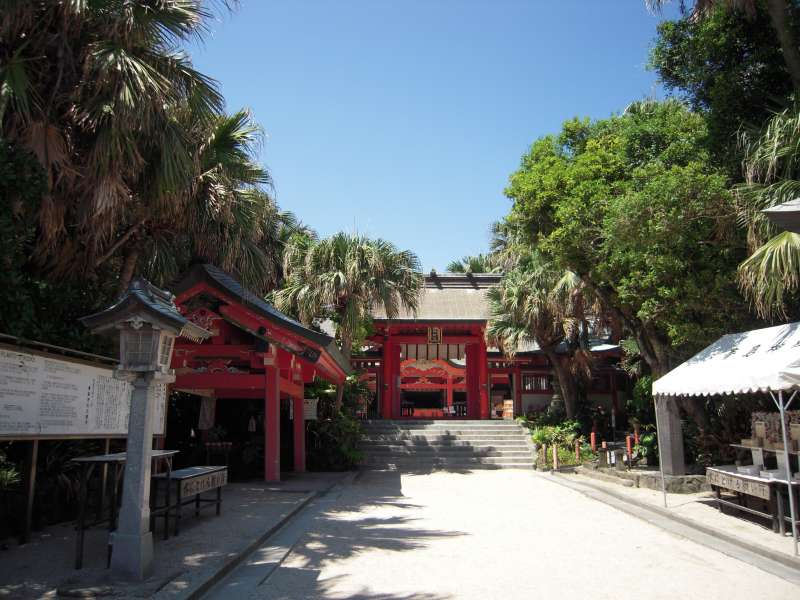 Aoshima shrine is dedicated to Yamasach and Toyotamahime who were couple in Japanese myth.  Lots of people who wish to find true love come to this place to pray.