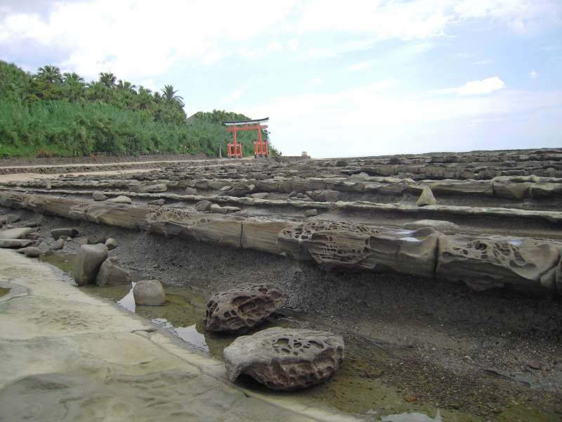 Aoshima shrine is surrounded by Oni no Sentakuita, Oni means Devil, Sentakuita means Washboard.
