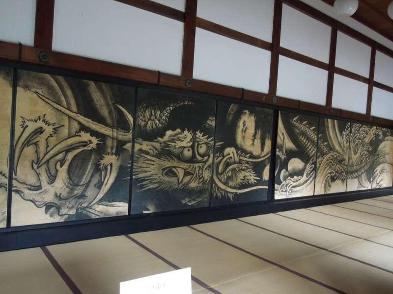 El templo de Tenryu-ji podrá encontrar un dragón grande en las puertas tradicionales (fusuma).