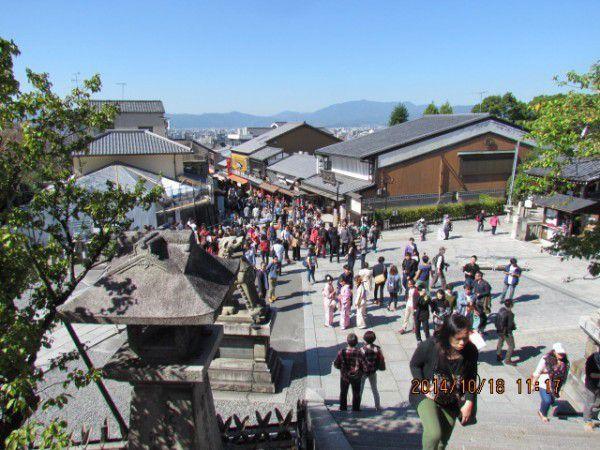 Many tourists visit Kiyomizu Temple.