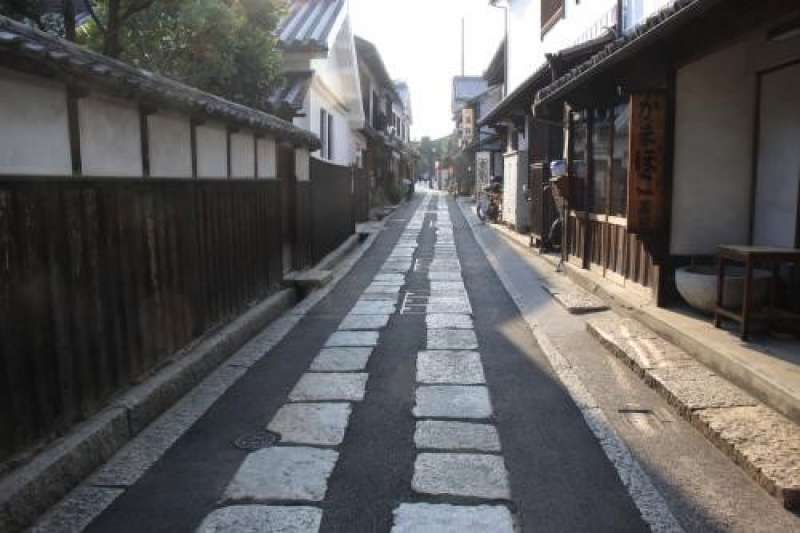 This is an alley between old houses. These houses were built about two hundred years ago, in Edo Period. It is a quiet place. You can enjoy the atmosphere of the old city Kurashiki.