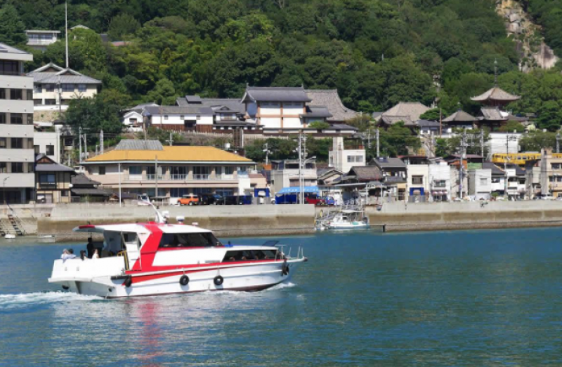 If you want, you can enjoy cruising in the Seto Inland Sea from the port at the bottom of Washuzan Hill.