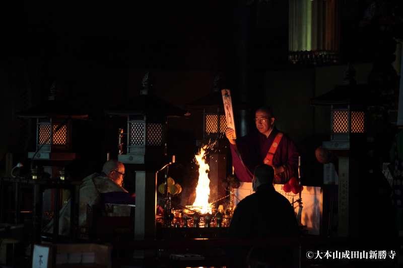 Gebet mit Flamme und Trommel