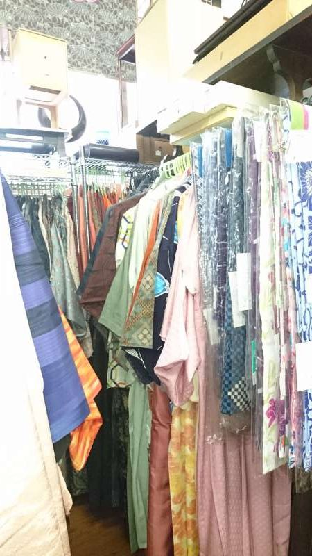 Inside the shop. These are used kimon, whose cloth seems to be turned into various things. They are popular among tourists.