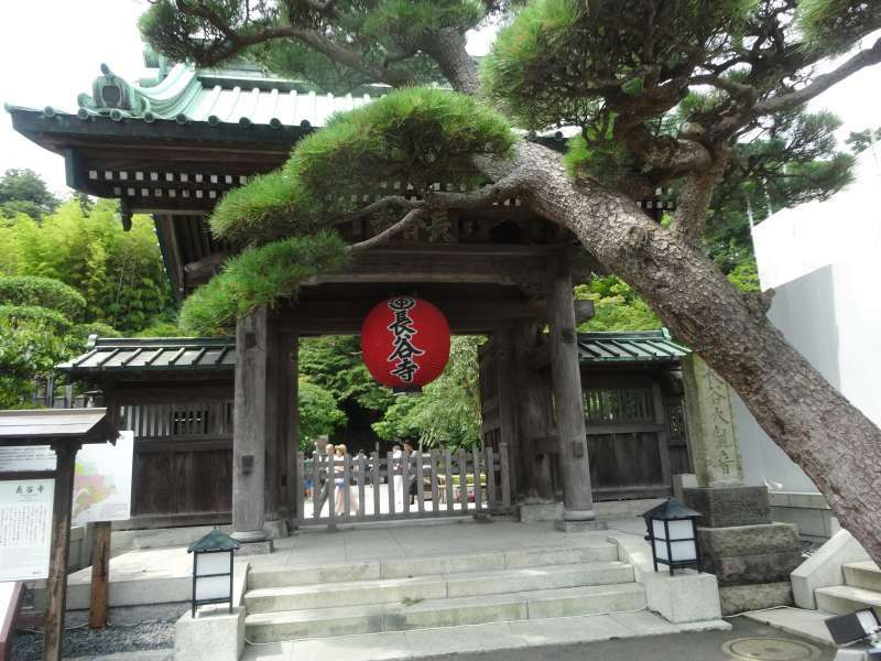 Hasedera Temple is crowded with the people seeking beautiful flowers all year around.