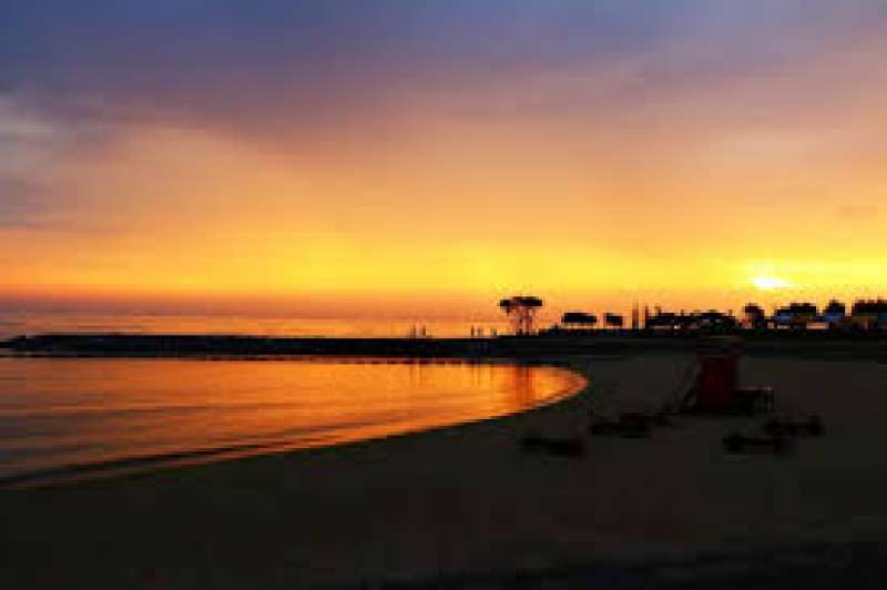 The sunset beach is close to the Mihama American village. You can relax while you here the sounds of waves. Here is also a popular spot for barbecues during summer time.