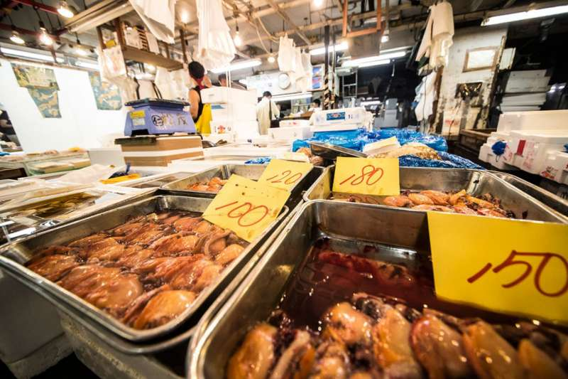 World largest inner fish market Tsukiji  moves to Toyosu area. You can now only see Tuskiji inner fish market.