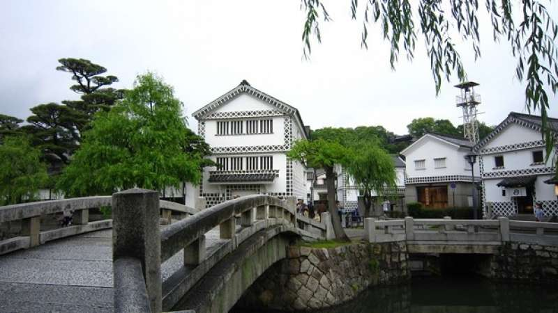 Kurashiki was governed directly by Edo Shogunate. You can see a row of houses and streets about 200 years ago.