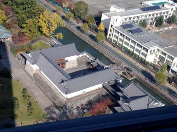 현청 건물 21층 전망대에서 본 슨푸성 공원입니다. 이곳에서 슨푸성 공원의 전경을 감상해 보세요.