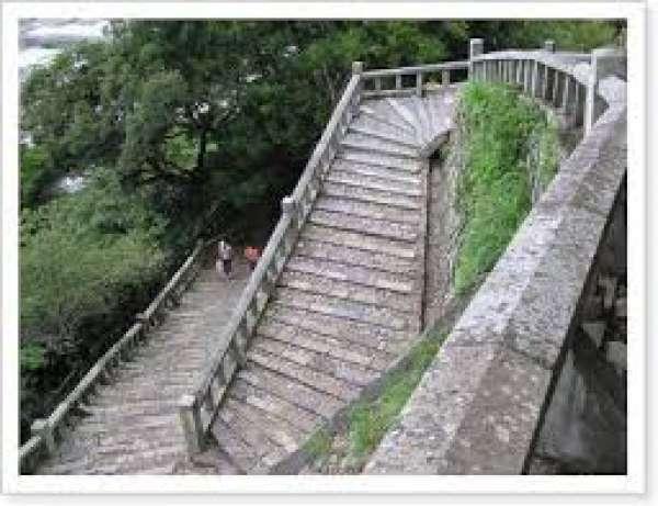 1159 계단 구노 해안에서 시작되는 1159 단이 있는 계단으로 이 계단을 올라가면 동조궁이 나타납니다. 이 돌계단은 아주 완만해서 아무리 올라가도 다리가 아프다거나 하는 일은 없을 정도입니다. 계단의 숫자를 보고