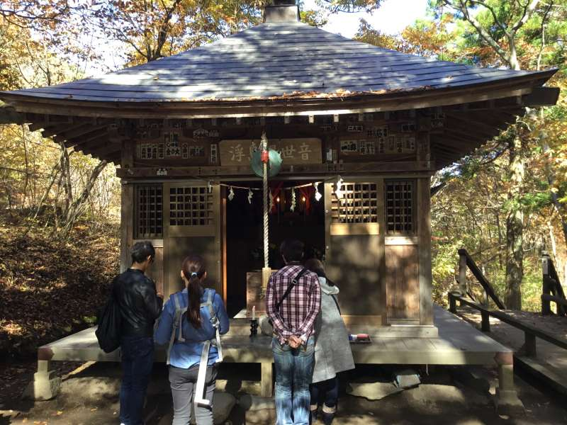 On the Ukishima-island inside Fukiware water falls area , there is the small temple called Ukishima-Kannon which wa founded in 795 and re-built in 1984.