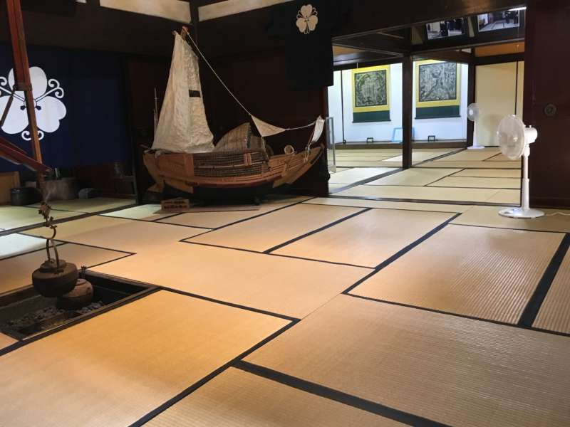 Tatami-matted room and model of a trade ship in Mori Residence.