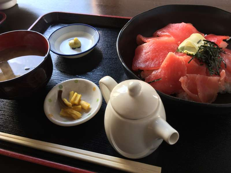 Traditional set meal of kaisen-don (sashimi rice bowl)