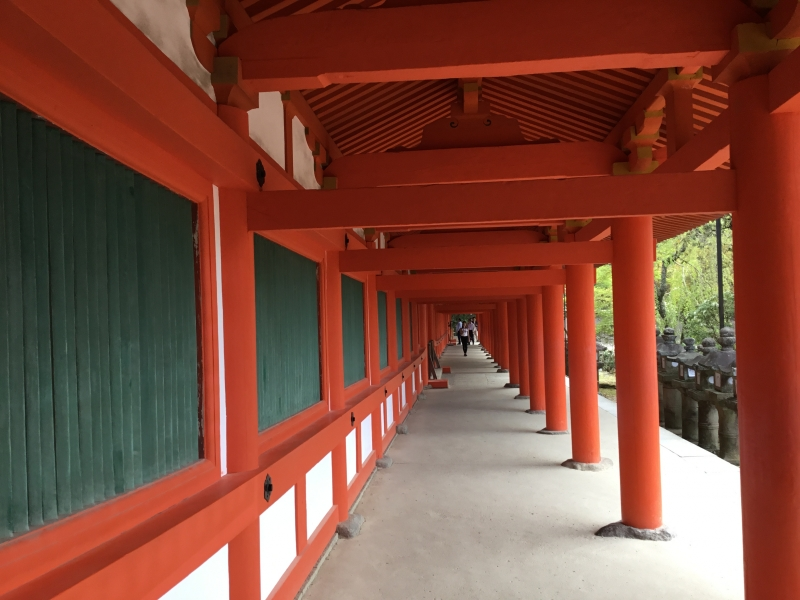 From the main gate a corridor extends to the left and to the right. A great number of lanterns hung from the eaves of the corridor are producing an elegant atmosphere.