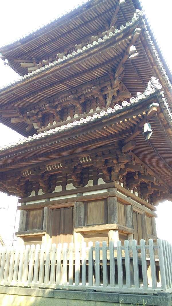 La pagoda de 3 pisos en el jardin