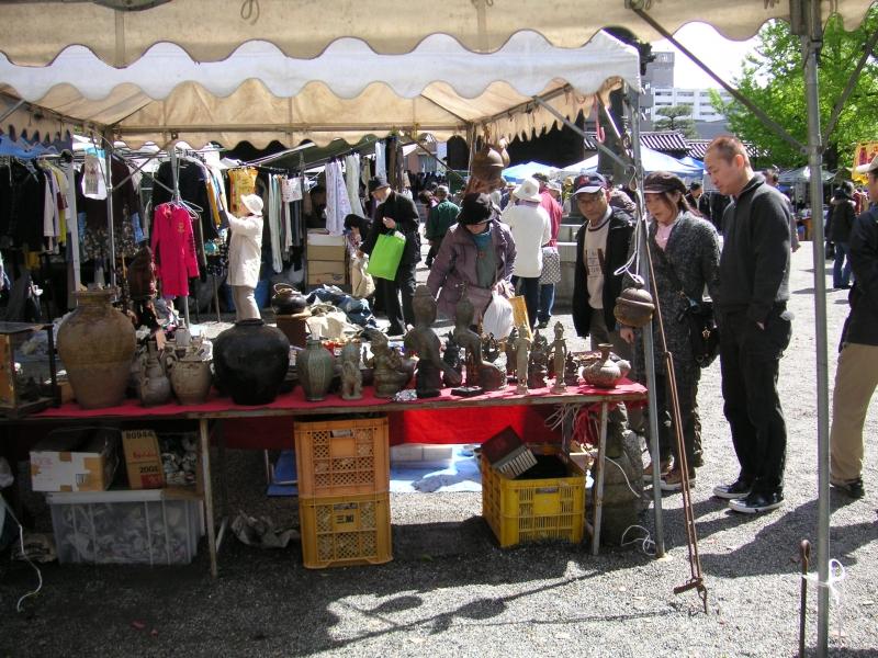 Flea Market at Shitennoh-ji Temple ( the 21st, every month)