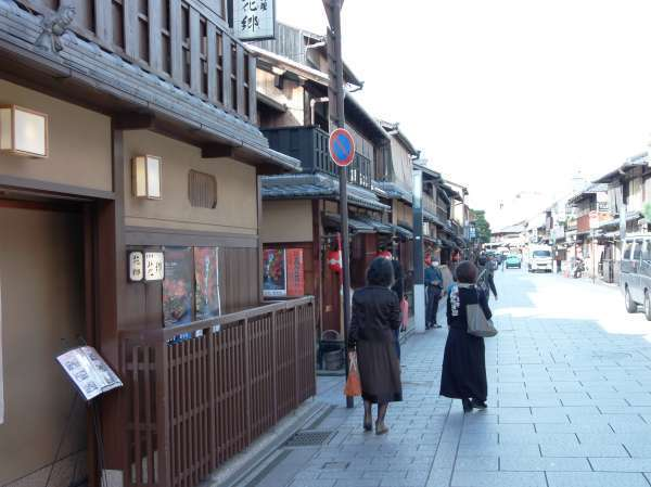 Gion streets are characterized by its streets paved with rectangular stones. Walking there on Geta,wooden clog,will make you comfortable and feel the Japan.