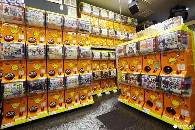 Gachapon-Center; Capsule-Toy-Dispenser