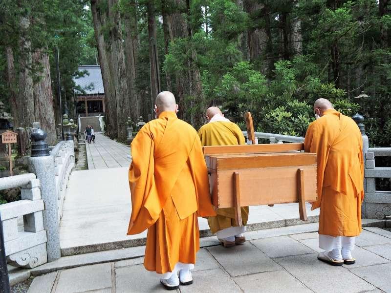 【Okunoin, Garan & Kongobuji】 Private tour by local monks living in Mount Koya