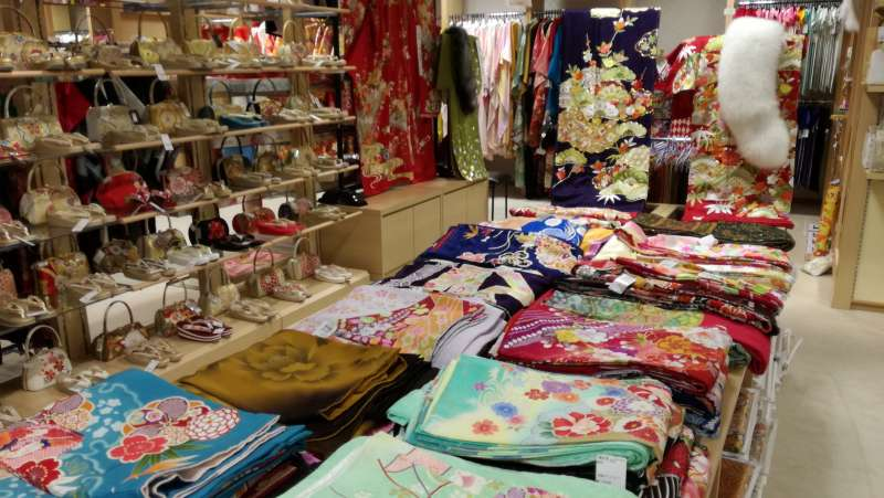 This is a formal kimono floor of second hand kimono shop.