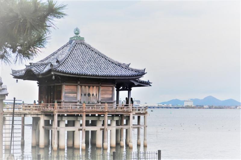 Ukimi-do hall on the lake