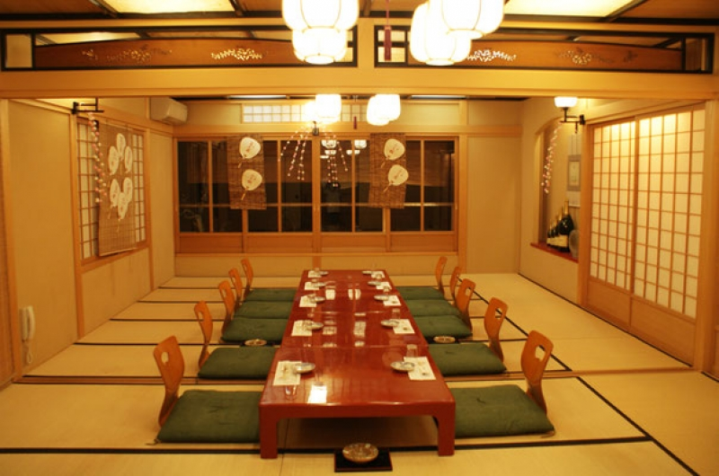 The dinner is in a traditional Japanese tatami room, with kaiseki cuisine ! 